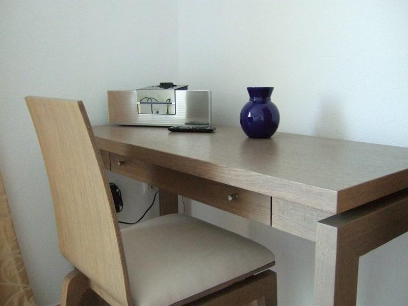 Schreibtisch mit Musikanlage <> Desk with Radio / CD player