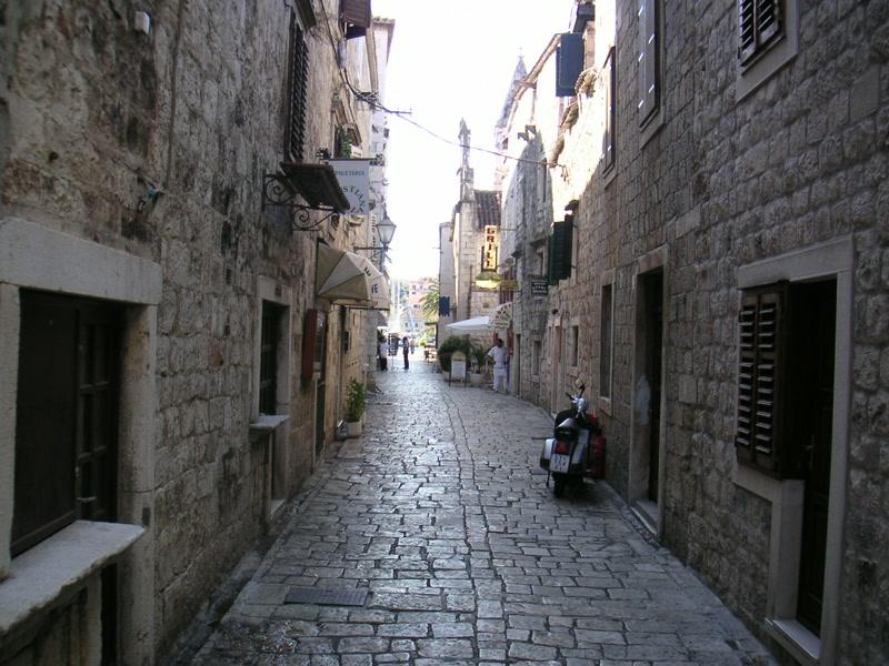 Schmale Gasse in der Altstadt Trogir <> Trogir's old streets